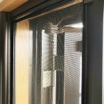 プリーツ網戸の糸切れは修理できないらしい・・・ロール網戸に交換してより快適に。